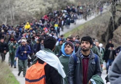 I migranti guadano il fiume tra Grecia e Macedonia 2