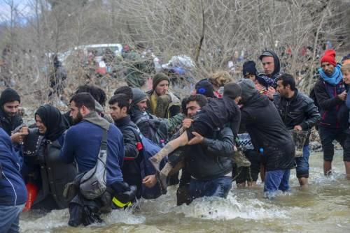 I migranti guadano il fiume tra Grecia e Macedonia 11