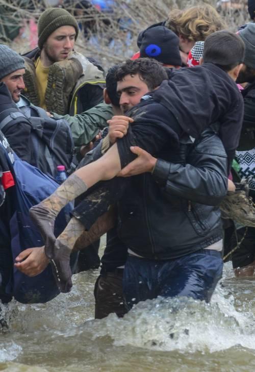 I migranti guadano il fiume tra Grecia e Macedonia 12