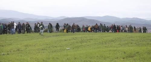 I migranti guadano il fiume tra Grecia e Macedonia 4