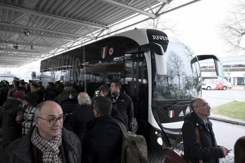 Tensione alta a Torino. Assaltato pullman della Juve