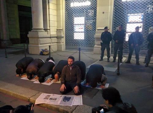 La sceneggiata dei musulmani davanti alla sede del Giornale