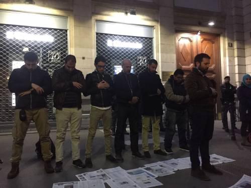 Protesta e preghiera degli islamici davanti alla sede de ilGiornale