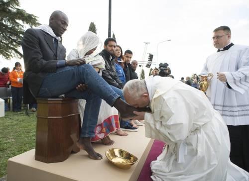Il Papa lava i piedi ai profughi nel Cara a maggioranza islamica