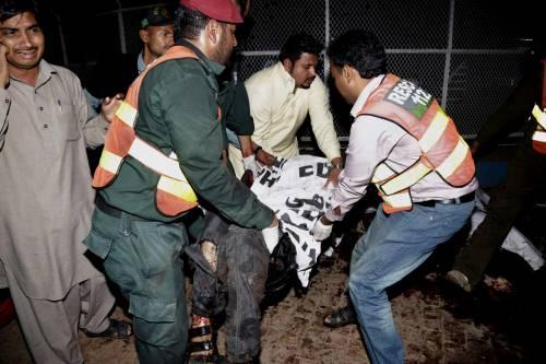Pakistan, kamikaze si fa esplodere nel parco dei bimbi: strage di cristiani 3