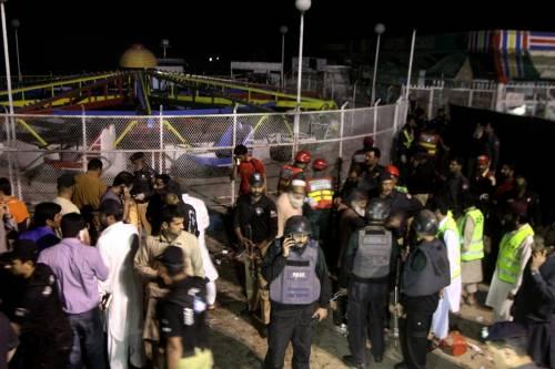 Pakistan, kamikaze si fa esplodere nel parco dei bimbi: strage di cristiani 5