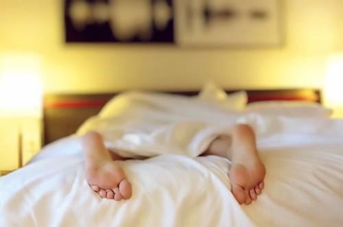 """La scienza dà la ricetta del sonno perfetto: """"Avete sempre sbagliato tutto"""""""