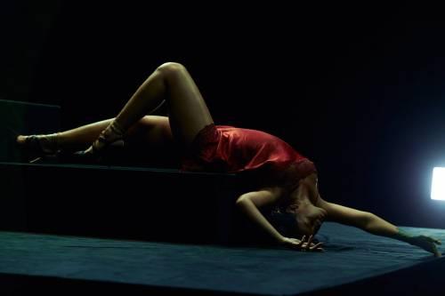 """Rihanna semi-nuda nel video """"Kiss it better"""": foto 2"""