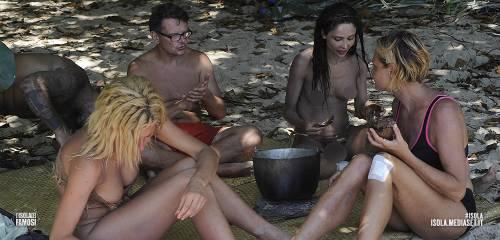 Isola dei Famosi 2016, momenti hot 33