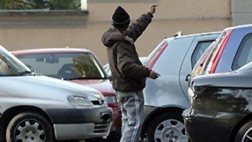 Pensione di invalidità e reddito di cittadinanza ma fa il parcheggiatore abusivo