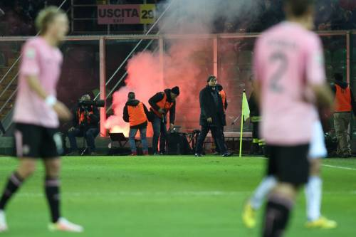 Alta tensione al Barbera: Palermo-Lazio sospesa più volte 7