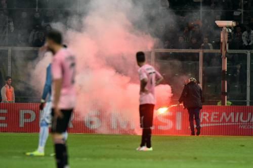 Alta tensione al Barbera: Palermo-Lazio sospesa più volte 12