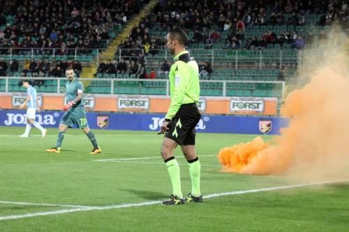 Alta tensione al Barbera: Palermo-Lazio sospesa più volte 17