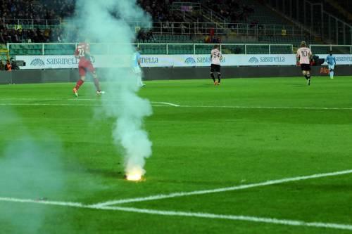 Alta tensione al Barbera: Palermo-Lazio sospesa più volte 16