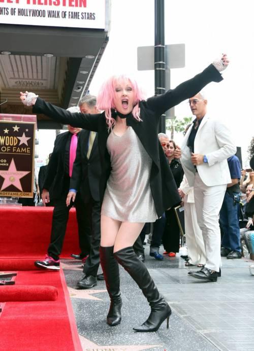 Cyndi lauper premiata con una stella sulla Walk of Fame 3