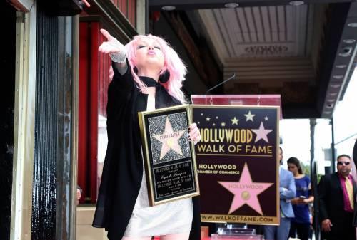 Cyndi lauper premiata con una stella sulla Walk of Fame 7
