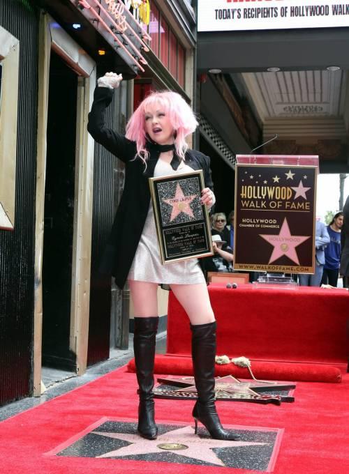 Cyndi lauper premiata con una stella sulla Walk of Fame 4