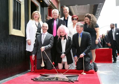 Cyndi lauper premiata con una stella sulla Walk of Fame 5