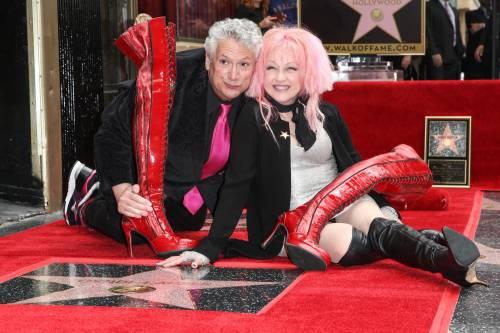 Cyndi lauper premiata con una stella sulla Walk of Fame 10