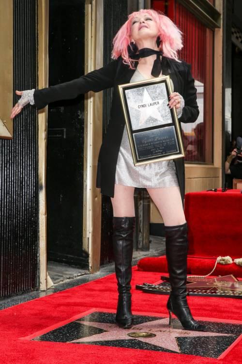 Cyndi lauper premiata con una stella sulla Walk of Fame 9