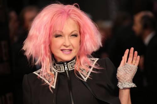 Cyndi lauper premiata con una stella sulla Walk of Fame 2