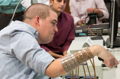 Giovane tetraplegico riacquista l'uso della mano grazie al microchip nel cervello