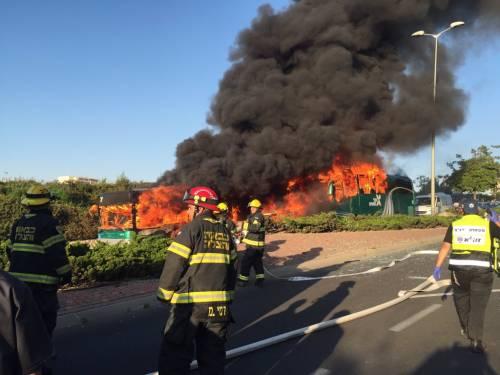 Le fiamme avvolgono l'autobus 2