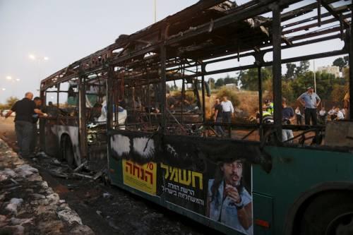 Le fiamme avvolgono l'autobus 4