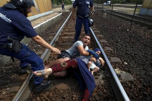 La verità sulla foto del Pulitzer: l'immigrato getta la moglie sui binari