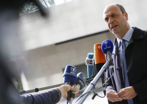 La figuraccia di Alfano con Lupi e Berlusconi dopo aver chiesto aiuto