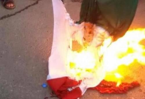 In Libia i sostenitori di Haftar hanno bruciato il tricolore italiano
