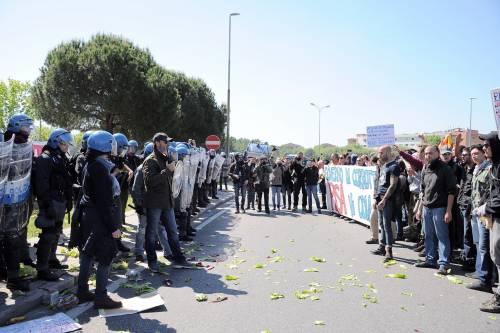 Antagonisti contro la polizia a Pisa 5
