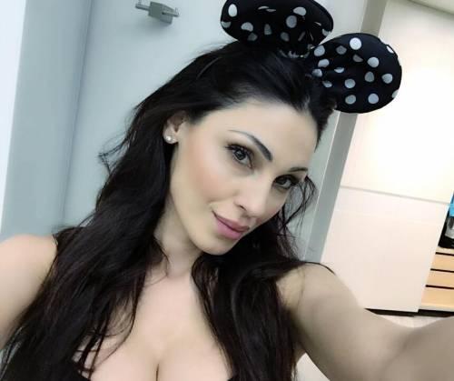 Anna Tatangelo, sexy sui social: foto 18