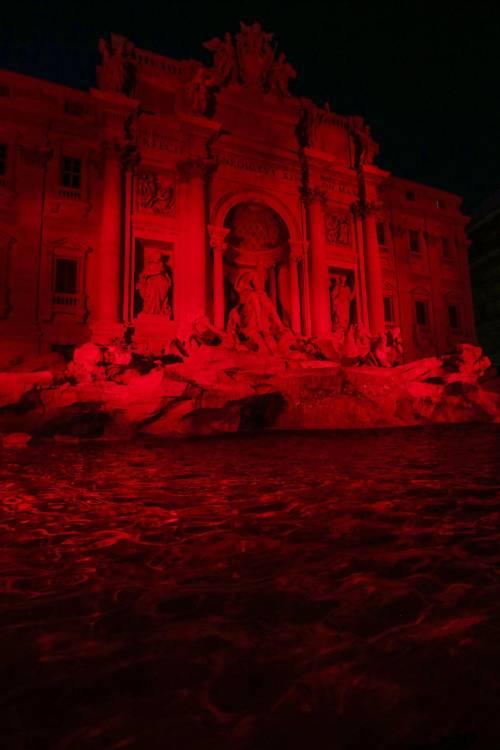La Fontana di Trevi si tinge di rosso per i martiri cristiani 6