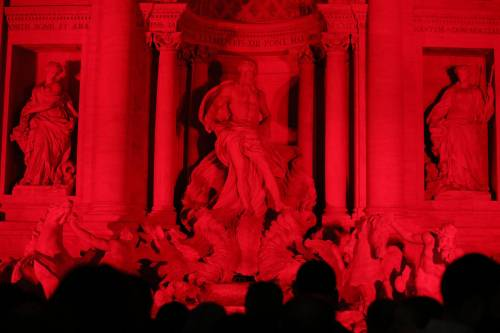 La Fontana di Trevi si tinge di rosso per i martiri cristiani 5