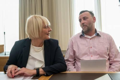 Lutz Bachmann (D), co-fondatore di Pegida, con l'avvocato Katja Reichel