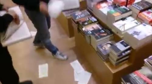 """Blitz dei no global in libreria: """"Distruggiamo i libri di Salvini"""""""