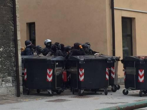 Anarchici forzano il cordone e feriscono un ufficiale dell'Arma