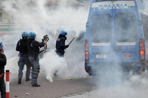 Scontri al Brennero tra black bloc e polizia 3