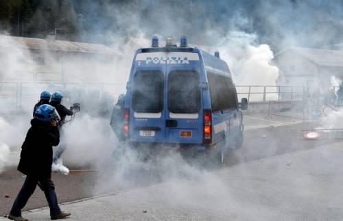 Scontri al Brennero tra black bloc e polizia 4