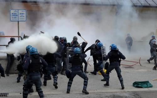 Scontri al Brennero tra black bloc e polizia 8