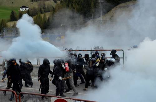 Scontri al Brennero tra black bloc e polizia 10
