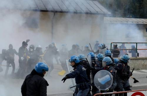 Scontri al Brennero tra black bloc e polizia 12