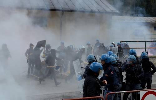 Scontri al Brennero tra black bloc e polizia 13
