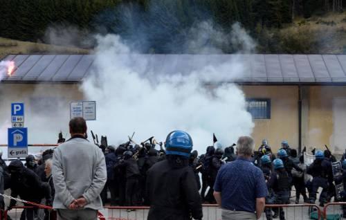 Scontri al Brennero tra black bloc e polizia 15
