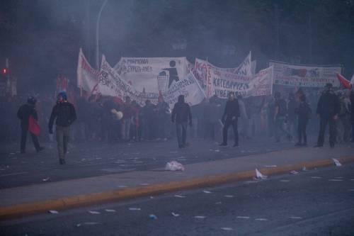 Grecia, scontri davanti al parlamento 5