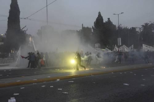 Grecia, scontri davanti al parlamento 6