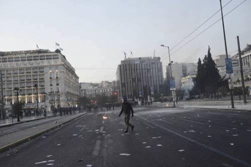 Grecia, scontri davanti al parlamento 8