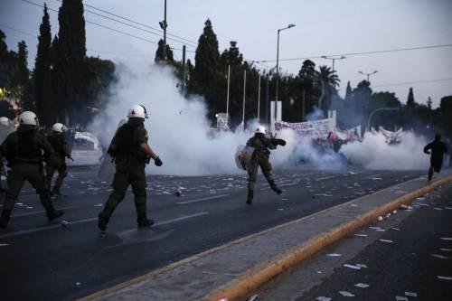 Grecia, scontri davanti al parlamento 12