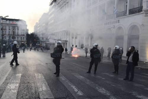 Grecia, scontri davanti al parlamento 9